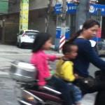 3 sur un scooter